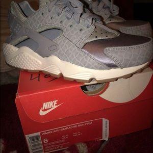 Nike Shoes - SIZE 6 WOLF GREY HUARACHES